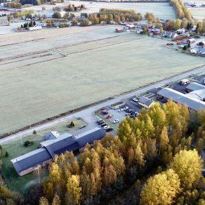 Tomten mittemot Pedersheim i Bennäs där kommundirektör Stefan Svenfors föreslår att nya Bennäs-Östensö skola ska byggas.