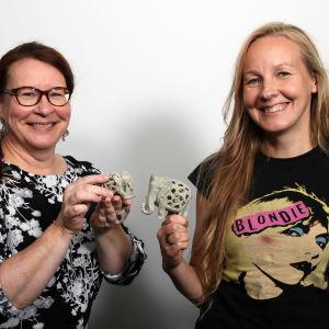 Paula Jokimies ja Virpi Lummaa hymyilevät koristenorsut käsissään.
