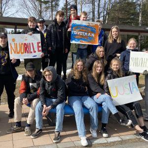 Kuvassa Hakalahden koulun 9E luokan oppilaita seisoo koulun pihalla.