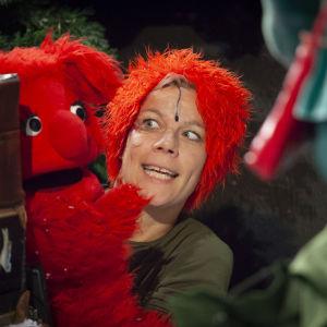 Karaktären Tumla och dess skådespelare Daniela Fogelholm vid inspelningen av tv-serien Jul i Hittehatt