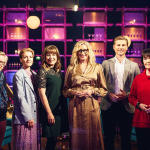 Elämäni biisi -ohjelman kilpailijat Kari Enqvist, Rauha Mäkilä, Anna Rimpelä, Antti Häkkänen, Outi Pakkanen sekä keskellä juontaja Katja Ståhl.