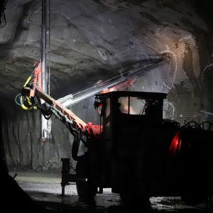 En anläggningsmaskin står parkerad i en gruva.