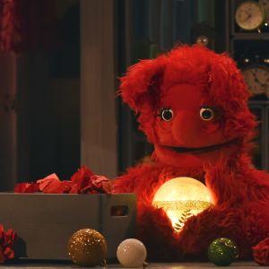 Tumla håller i julkulan i en episod av tv-serien Jul i Hittehatt