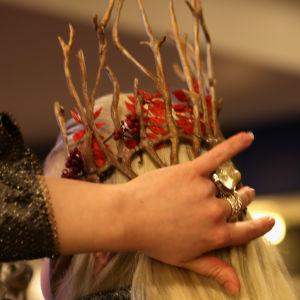 """Mannen utklädd till Thranduil från """"The Hobbit"""" fixar till håret i närbild."""