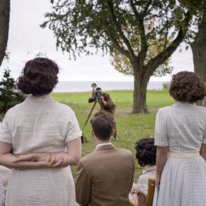 Kennedyn perhe valokuvattavana puutarhassa (näytelty rekonstruktio)