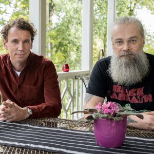 Juha Itkonen ja Mokoma-yhtyeen Marko Annala istuvat terassipöydän ääressä.