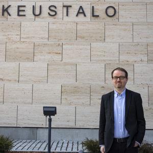 Etelä-Karjalan käräjäoikeuden laamanni Hannu Rantalainen Lappeenrannan uuden oikeustalon edessä.