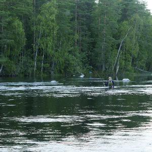 Perhokalastaja järvimaisemassa.