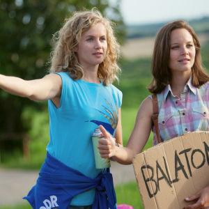Catrin (Cornelia Gröschel) ja Maja (Sonja ) liftaamassa Balatonille sarjassa Kesä Balatonilla