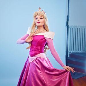 Milja Korpela poseeraa studiossa Prinsessa Ruususen asussa.