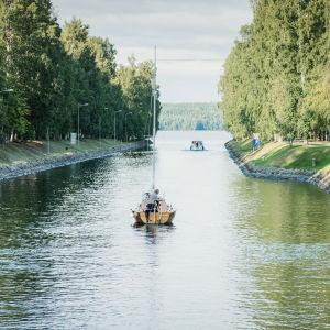 Purjevene matkalla poispäin kanavaa pitkin, kauempana kanava päättyy järveen.