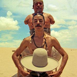 Kolme outoa hahmoa aavikolla. Kuva elokuvasta El Topo.