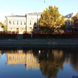 Åbo stadshus speglas i Aura å.