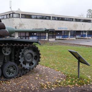 Vekaranjärven varuskunnan keskusaukio. Kuvan etualalla panssarivaunu ja taustalla varuskunnan ruokala.