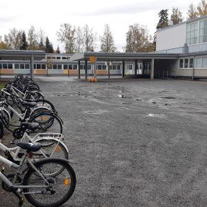 Hietalahden koulu siirtyi etäopetukseen viikolla 41/2020 korona-altistumisten takia. Muut 4.-9-luokkalaiset vaasassa etäkouluun 12.10.2020