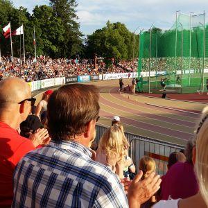 Fullt med publik följer med friidrottstävlingar i sommarvärmen på Paavo Nurmi stadion i Åbo. Släggkastning på gång.