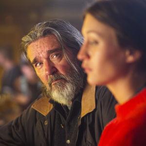 Karaktärerna Tom och Olivia vid en bardisk i dramaserien Springfloden.