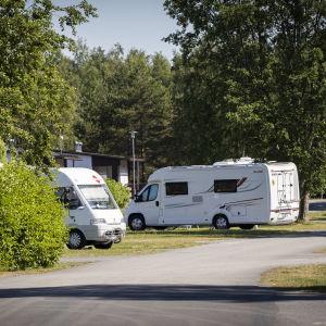 Asuntoautoja leirintäalueella.