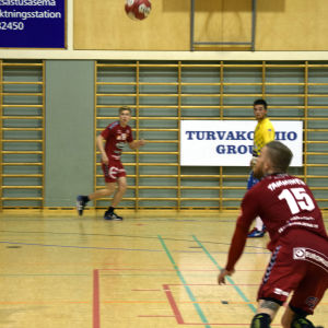 Cocks Teemu tamminen kippar bollen över HIK:s Johan Ståhlberg.