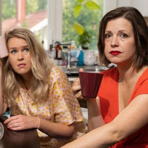 Eva Frantz och Hannah Norrena sitter vid ett bord och ser trötta ut.