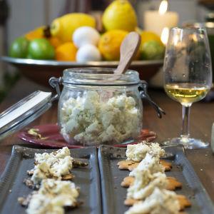 Valmista ruukkujuustoa lasipurkissa keittiön pöydällä