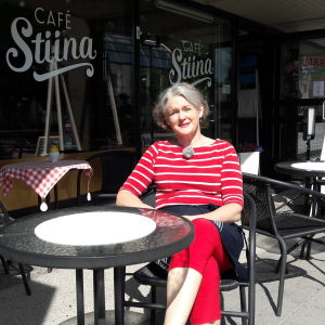 Tiina Suni utanför Café Stiina i Karleby.