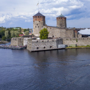 Risteilyalus Olavinlinnan edustalla