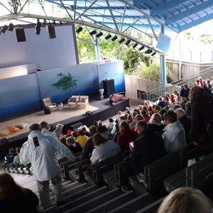 Yleisöä Naantalin Emma-teatterissa.
