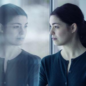 Natalie Madueño som Claudia i dramaserien Bedrägeriet.