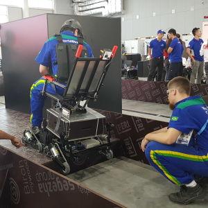 De tävlande byggde en rullstol och tog sig sedan fram på den längs en knepig bana.