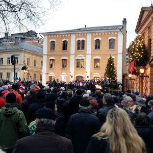 Massor med människor samlas på Gamla Stortorget i Åbo, där Julfreden utlyses klockan 12 på julafton.