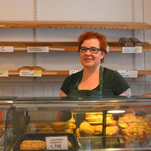Annika Weckström står bakom disken på cafét som finns i anslutning till Tarmola hembageri i Borgå.