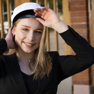 viveca Lindfors PLK laittaa yo lakin päähän Haagan yhteiskoulun ovella