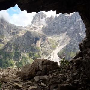 grotta med utsikt över bergslandskap