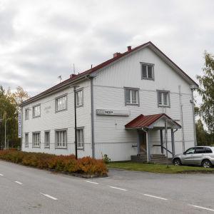 Lestijärven taajaman lävitse kulkeva tie ja kunnanvirasto.
