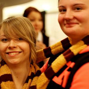 Två flickkompisar i Gryffindor-färger på Popcult Helsinki 2015.