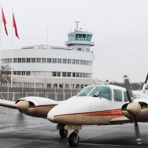 flygplan och flygplatsbyggnad