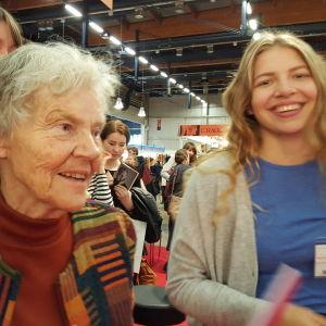 Märta Tikkanen och Nanó Wallenius på helsingfors bokmässa 2015. Bild två.