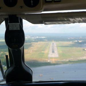 Vy från cockpit vid landning på Umeå flygplats