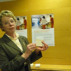Administrativa överskötare Kristina Anttila med medicinkortet som har utvecklats på Vasa centralsjukhus.