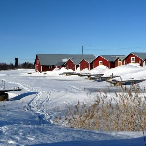 Sjöbodar i Svedjehamn, utsiktstornet i bakgrunden.