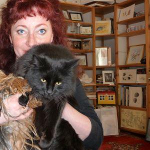 Petra Domsch med hunden Pirayan och katten Kismet.