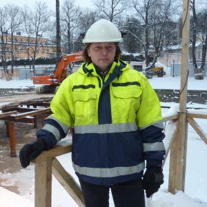 Arbetsplatschef Timo Hirvasmaa ansvarar för bygget av biblioteksbron vid Aura å.