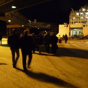 Passagerarna går ombord på Wasa Express i Vasa