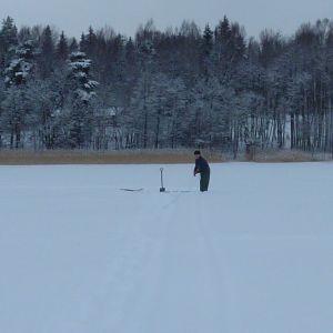 Näten dras med hjälp av linor under isen.