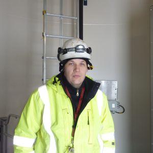 Upp i kraftverkets maskinrum åker man med en liten hiss( skåpet till höger ). På bilden Sami Rytilahti från Vestas.