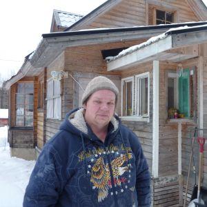 Pertti Nissinen tycker inte att kraftverken stör trots att han hör dem tydligt gården. Nissinen bor en dryg kilometer från kraftverken.