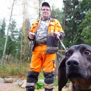 Jägare Sture Lindroos från Pargas och hans bayerska viltspårhund Charlie, hösten 2013