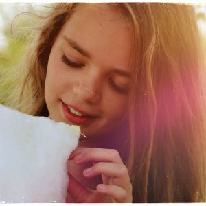 Kuvituskuva: tyttö syö hattaraa.