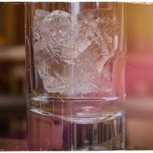 Kuvituskuva: jääpaloja lasissa.